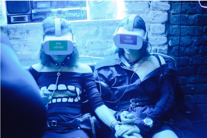 Посетители виртуального VR клуба VRAЮ