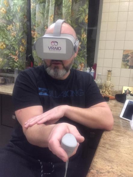 Взрослый человек использует VR очки для просмотра контента